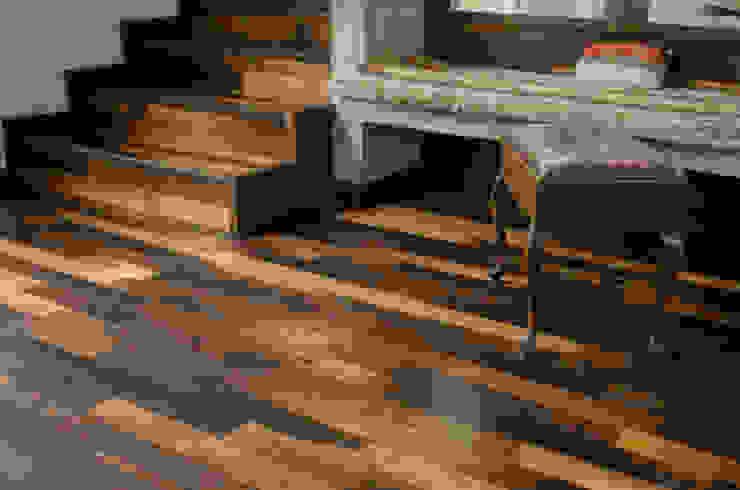 Piso y escalera de duelas. Ignisterra S.A. Paredes y pisos de estilo colonial Madera Acabado en madera