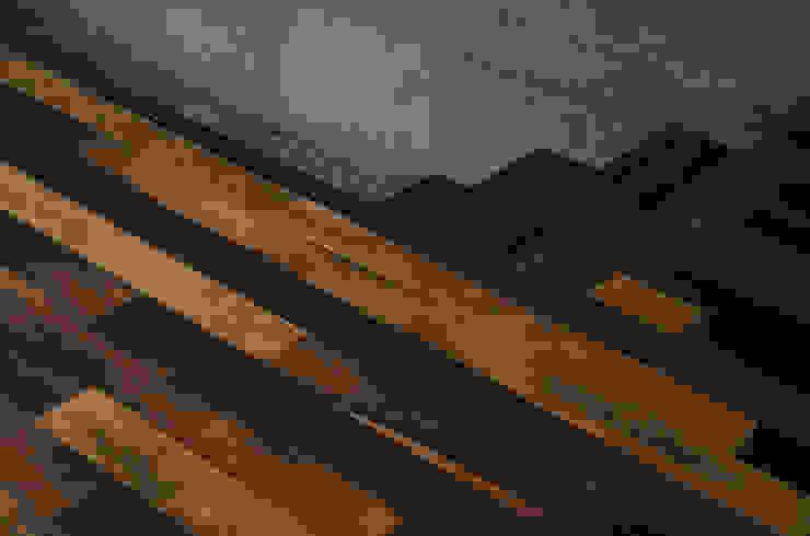 Piso y escalera de duelas. Paredes y pisos de estilo colonial de Ignisterra S.A. Colonial Madera Acabado en madera