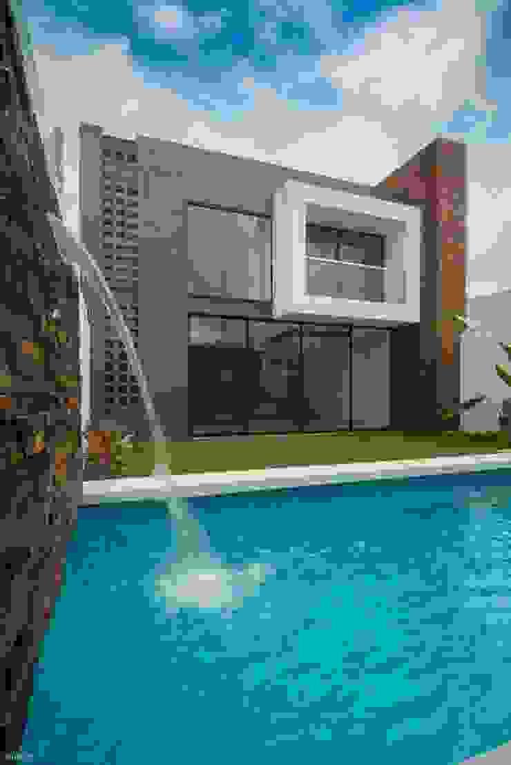 Casa Ax4 Albercas minimalistas de ROKA Arquitectos Minimalista Derivados de madera Transparente