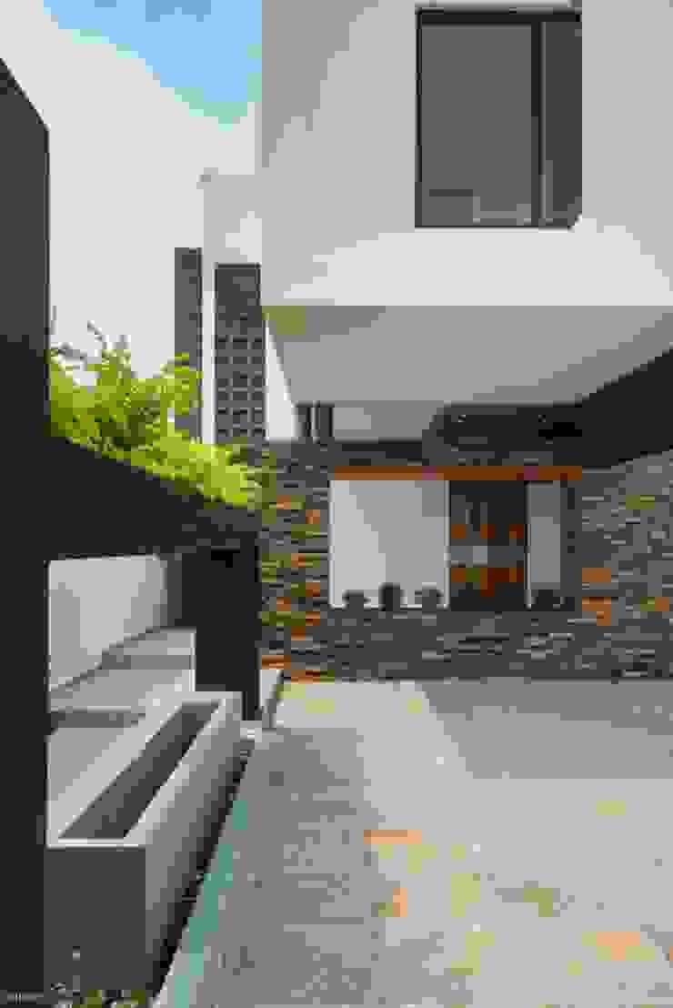 Casa Ax4 Casas minimalistas de ROKA Arquitectos Minimalista Azulejos