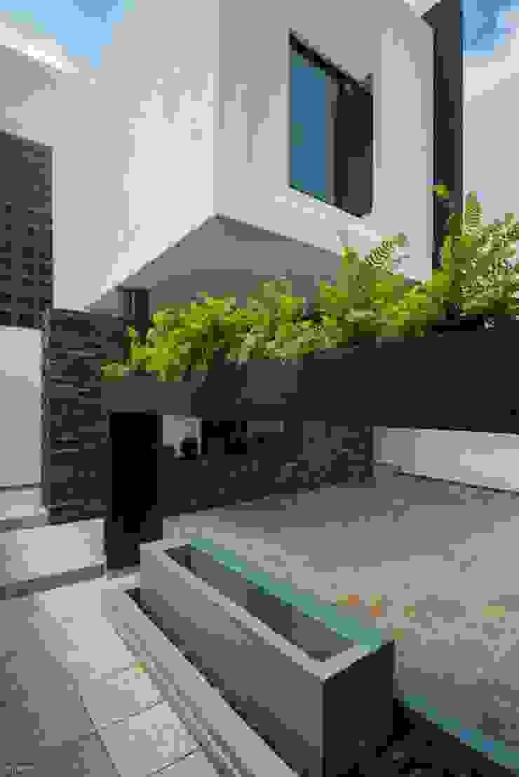 Casa Ax4 Casas minimalistas de ROKA Arquitectos Minimalista Cerámico