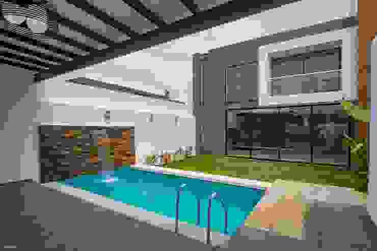 Casa Ax4 Albercas minimalistas de ROKA Arquitectos Minimalista Azulejos