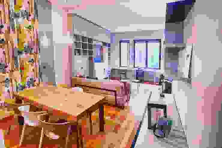 Vista sulla cucina e sul soggiorno Sala da pranzo eclettica di Dima snc di Maiocchi Dario e c. Eclettico