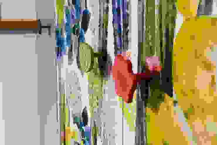 Particolare delle maniglie in ceramica Sala da pranzo eclettica di Dima snc di Maiocchi Dario e c. Eclettico