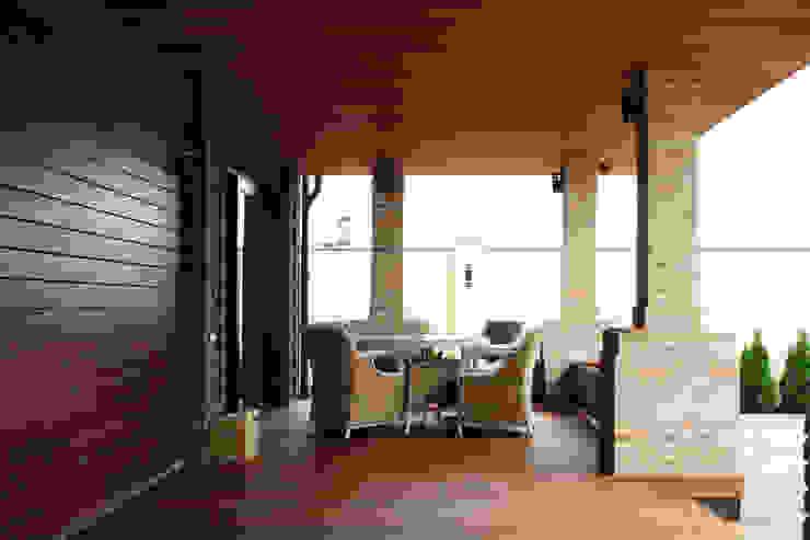 Balcone, Veranda & Terrazza in stile moderno di АРХИФАБРИКА Moderno