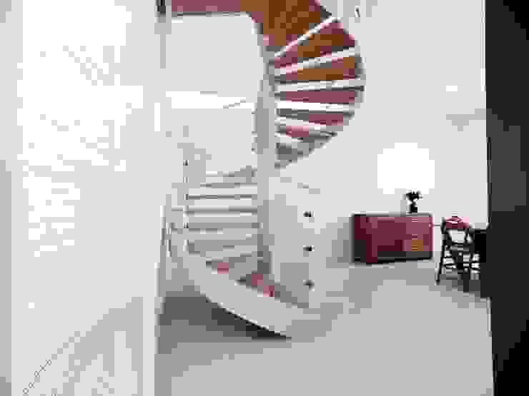 Pasillos, vestíbulos y escaleras de estilo moderno de M16 architetti Moderno