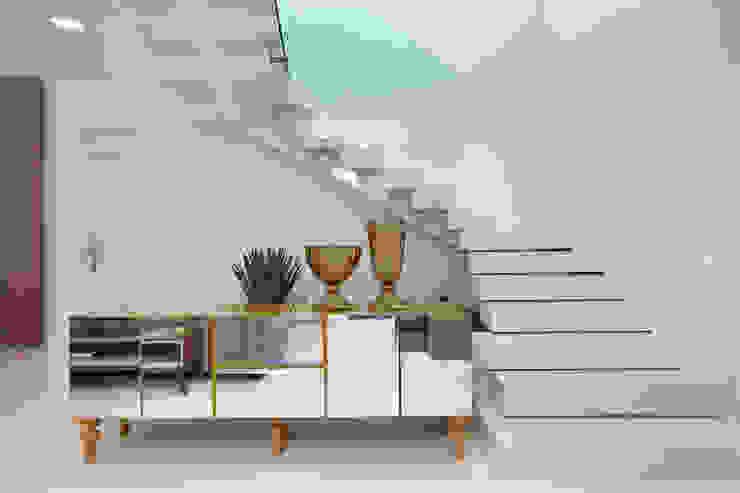モダンスタイルの 玄関&廊下&階段 の Eveline Sampaio Arquiteta e Designer de Interiores モダン 大理石