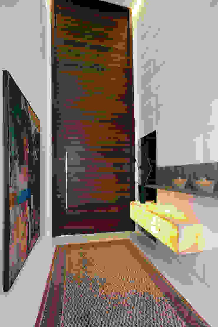 Pasillos, vestíbulos y escaleras modernos de Eveline Sampaio Arquiteta e Designer de Interiores Moderno Madera maciza Multicolor