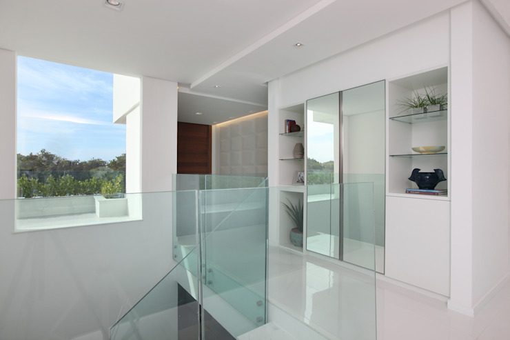 Pasillos, vestíbulos y escaleras modernos de Eveline Sampaio Arquiteta e Designer de Interiores Moderno Vidrio