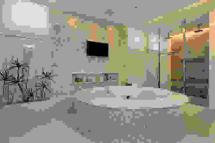 WC Master Banheiros modernos por Eveline Sampaio Arquiteta e Designer de Interiores Moderno Mármore