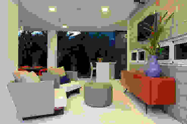 Balcones y terrazas modernos de Eveline Sampaio Arquiteta e Designer de Interiores Moderno Madera Acabado en madera