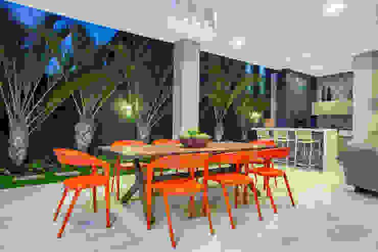Balcones y terrazas modernos de Eveline Sampaio Arquiteta e Designer de Interiores Moderno Madera maciza Multicolor