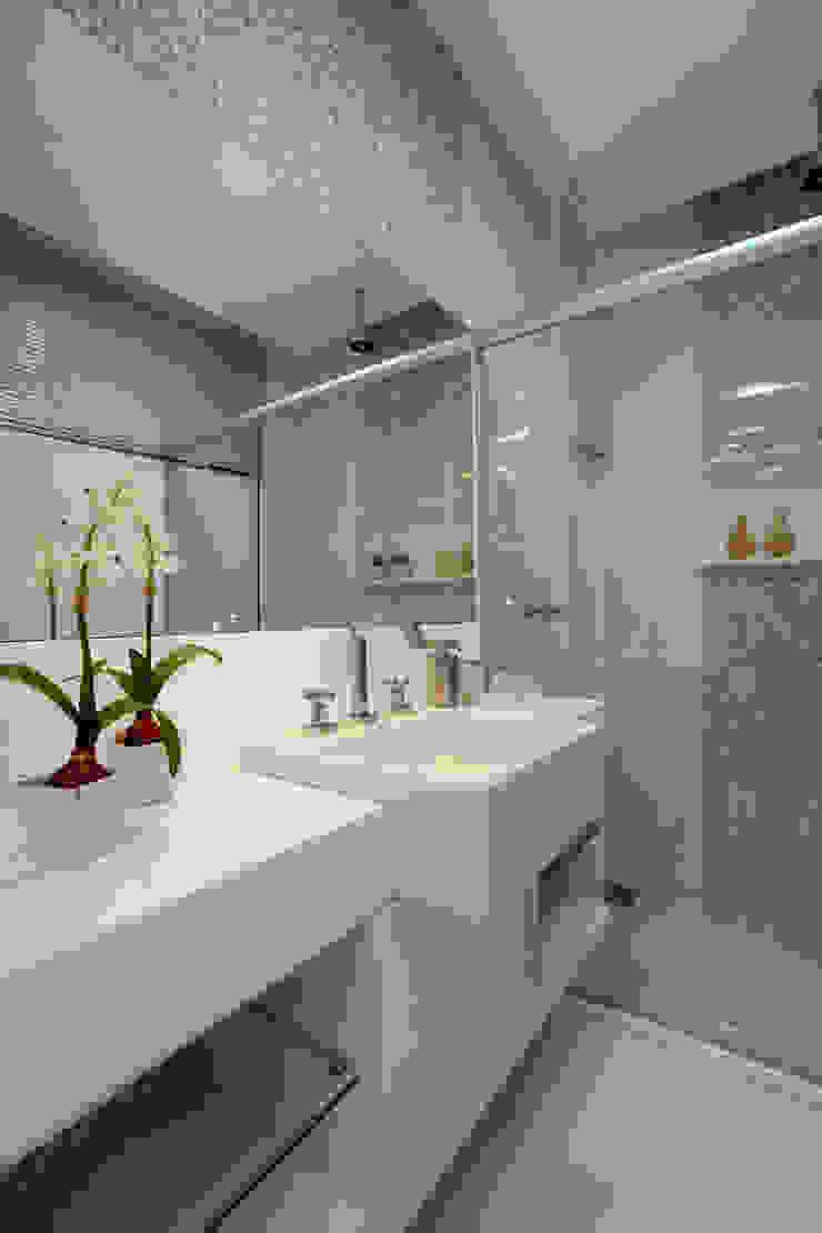 Baños de estilo moderno de Eveline Sampaio Arquiteta e Designer de Interiores Moderno Vidrio