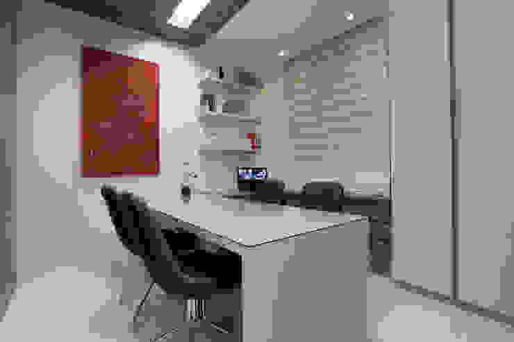 Oficinas y bibliotecas de estilo moderno de Eveline Sampaio Arquiteta e Designer de Interiores Moderno Tablero DM