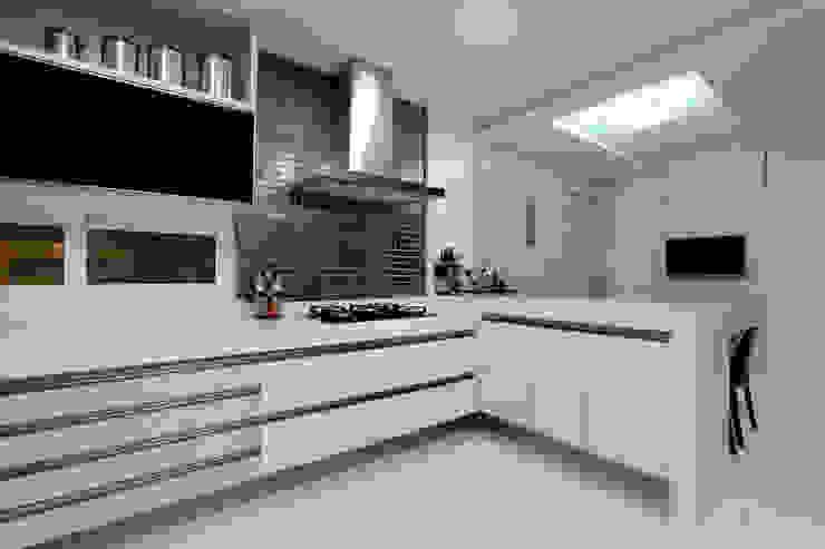Cocinas de estilo moderno de Eveline Sampaio Arquiteta e Designer de Interiores Moderno Tablero DM