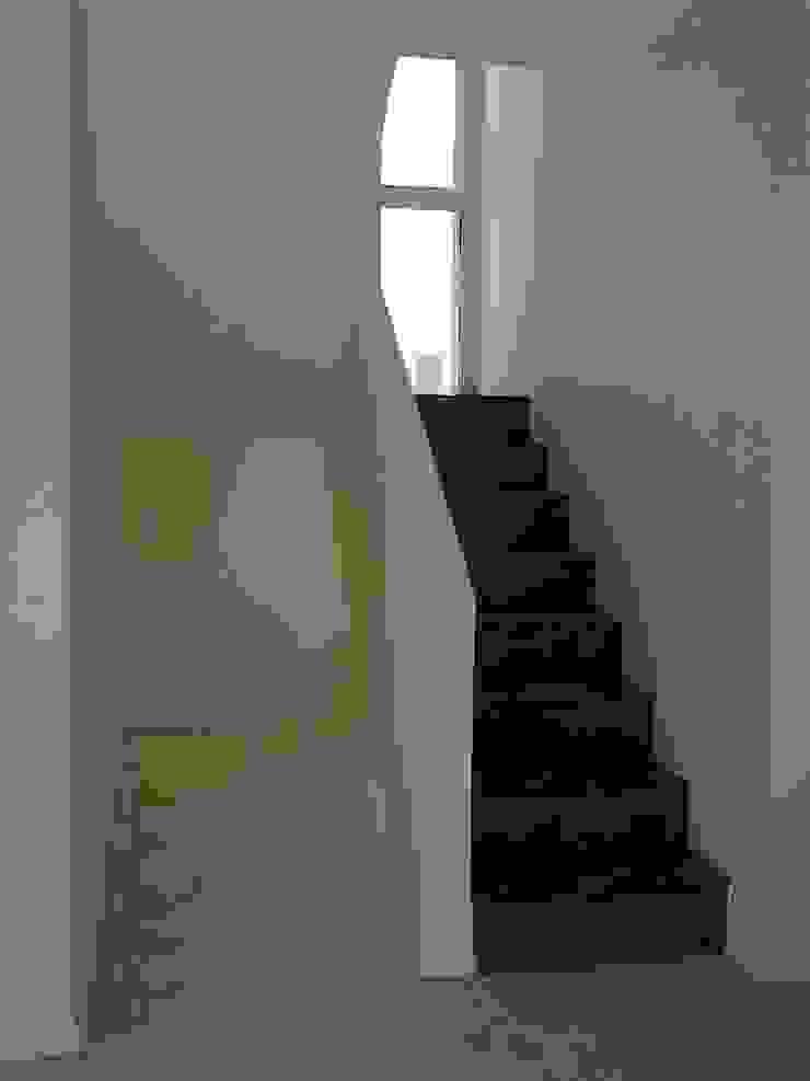 Modern corridor, hallway & stairs by ARQUITECTA CARINA BASSINO Modern