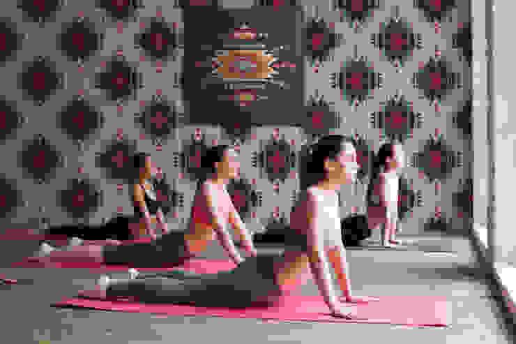 Ethnic story Moderner Fitnessraum von Pixers Modern