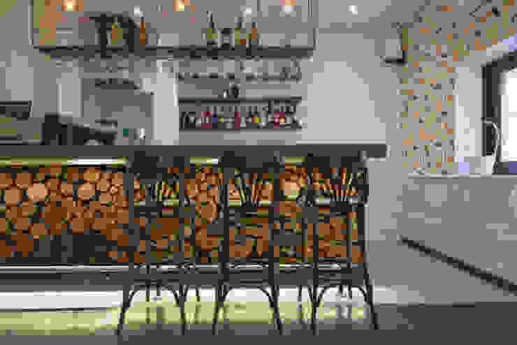 Chopped wood Moderne Wände & Böden von Pixers Modern