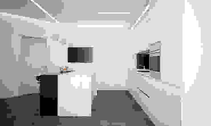 """Кухня """"black and white"""" Modern style bathrooms by СТУДИЯ 'ДА' ДАРЬИ АРХИПОВОЙ Modern Aluminium/Zinc"""