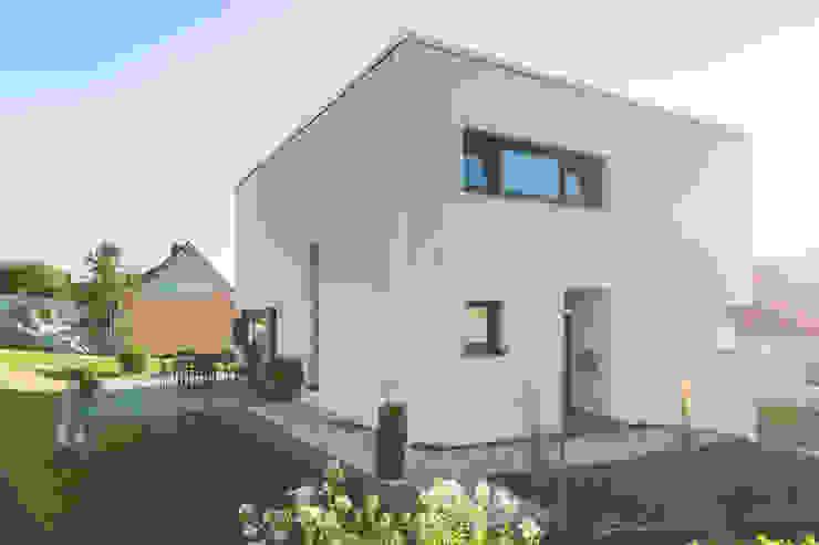 Wohnhaus 2 in Petersberg-Steinhaus herbertarchitekten Partnerschaft mbB Moderne Häuser Beige