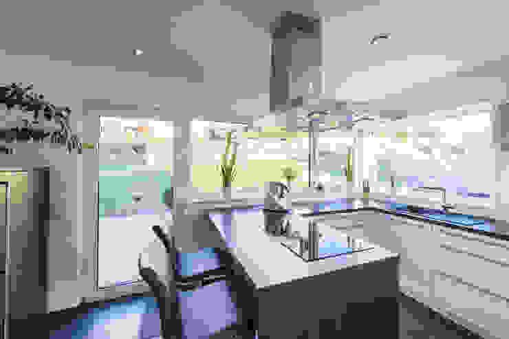 Wohnhaus 2 in Petersberg-Steinhaus herbertarchitekten Partnerschaft mbB Moderne Küchen Fliesen Grau