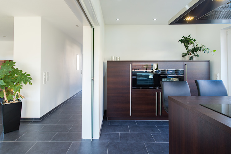 Кухня в стиле модерн от herbertarchitekten Partnerschaft mbB Модерн Плитка