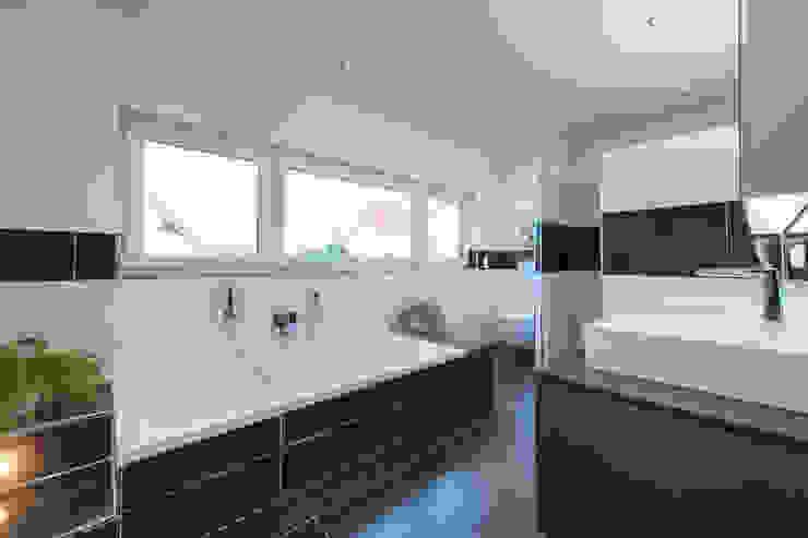 Salle de bain moderne par herbertarchitekten Partnerschaft mbB Moderne Tuiles