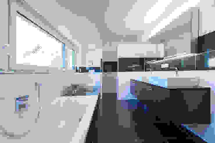 Wohnhaus 2 in Petersberg-Steinhaus herbertarchitekten Partnerschaft mbB Moderne Badezimmer Fliesen Grau
