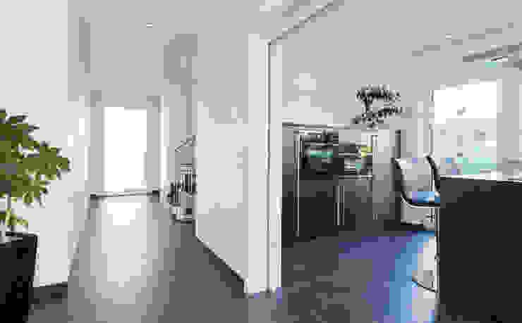 Wohnhaus 2 in Petersberg-Steinhaus herbertarchitekten Partnerschaft mbB Moderner Flur, Diele & Treppenhaus Fliesen Grau
