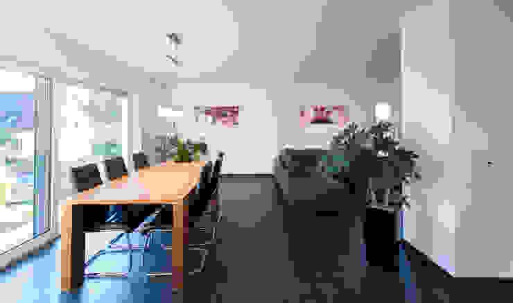Wohnhaus 2 in Petersberg-Steinhaus herbertarchitekten Partnerschaft mbB Moderne Esszimmer Grau