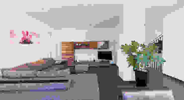 Wohnhaus 2 in Petersberg-Steinhaus herbertarchitekten Partnerschaft mbB Moderne Wohnzimmer Fliesen Grau