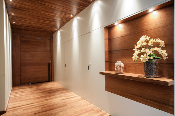 Modern Corridor, Hallway and Staircase by Elisa Vasconcelos Arquitetura Interiores Modern