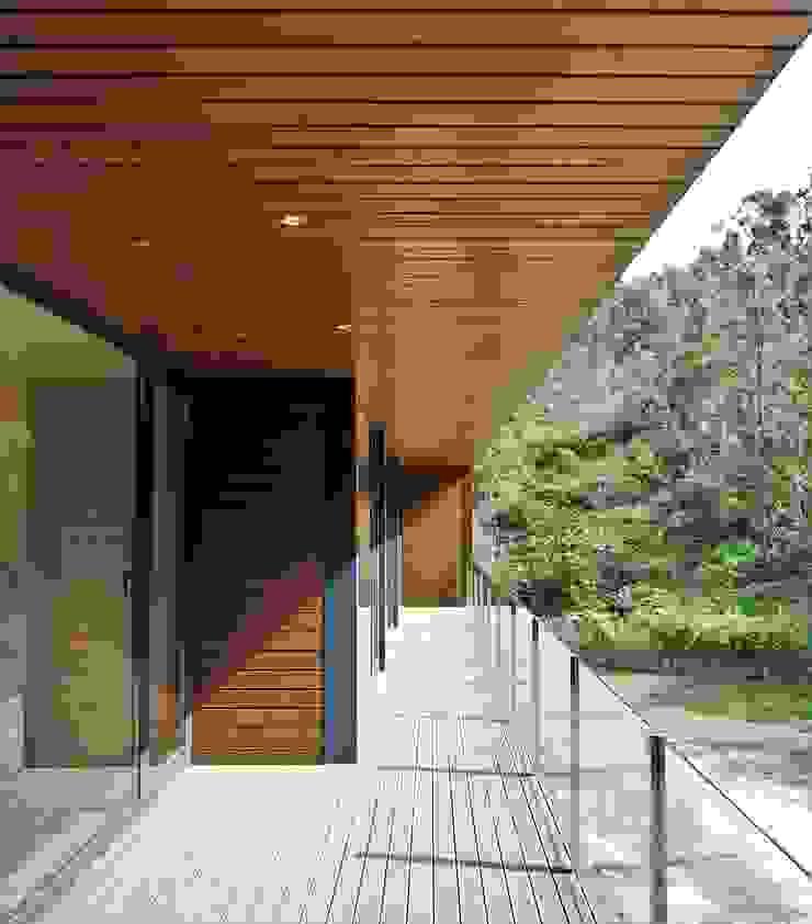Varanda Casas modernas por Lethes House Moderno Madeira Acabamento em madeira