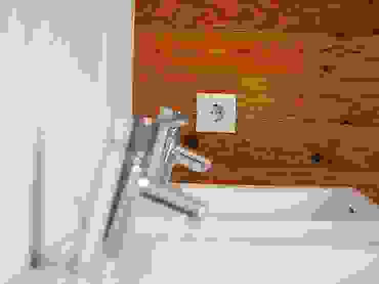 Cerâmico e madeira na casa de banho. Casas de banho modernas por Lethes House Moderno Madeira Acabamento em madeira