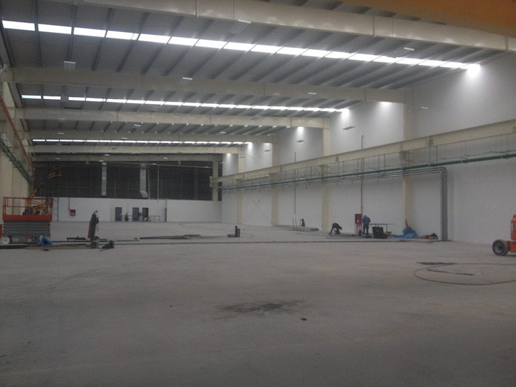 Nave industrial con bastidores divisorios de 12m de Grupo Puente Arquitectos.com