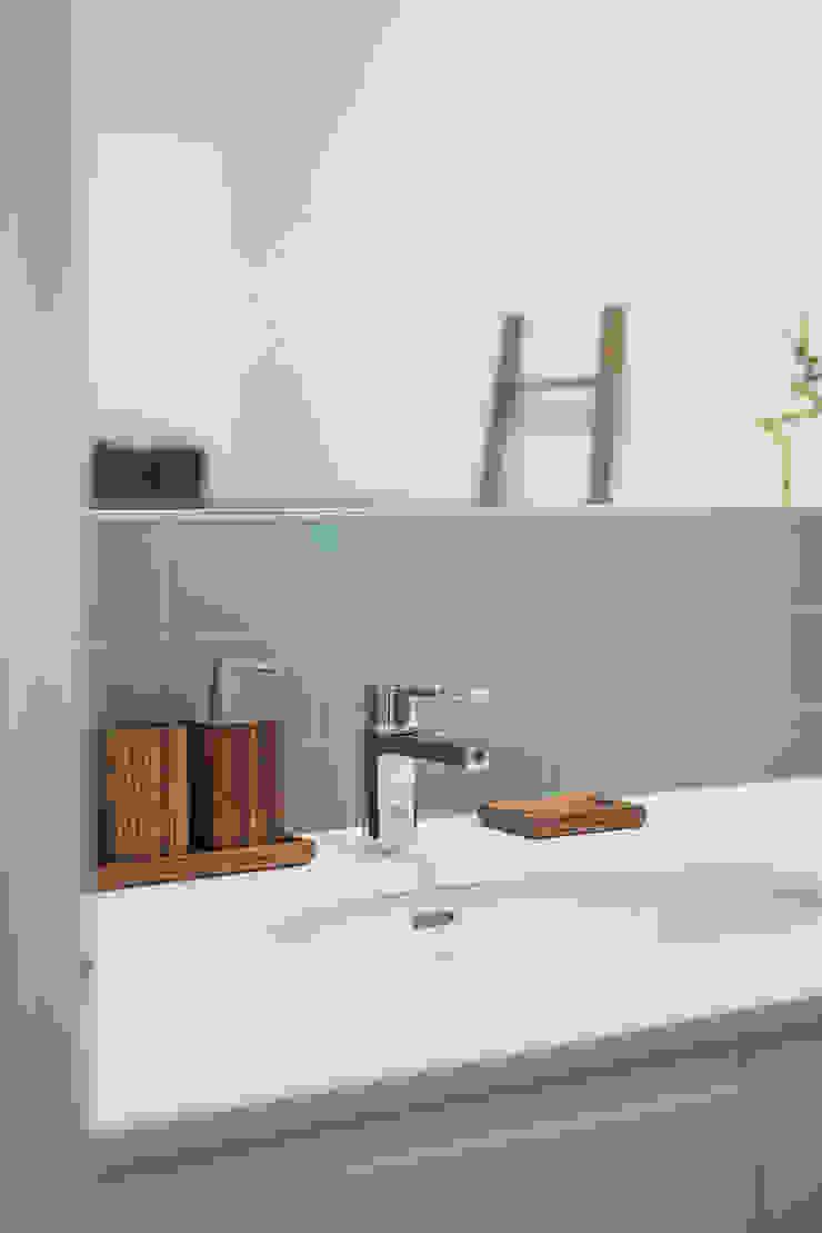 WC_Remodelação Apartamento_Ajuda   Lisboa PT Casas de banho minimalistas por OW ARQUITECTOS lda   simplicity works Minimalista Madeira Acabamento em madeira