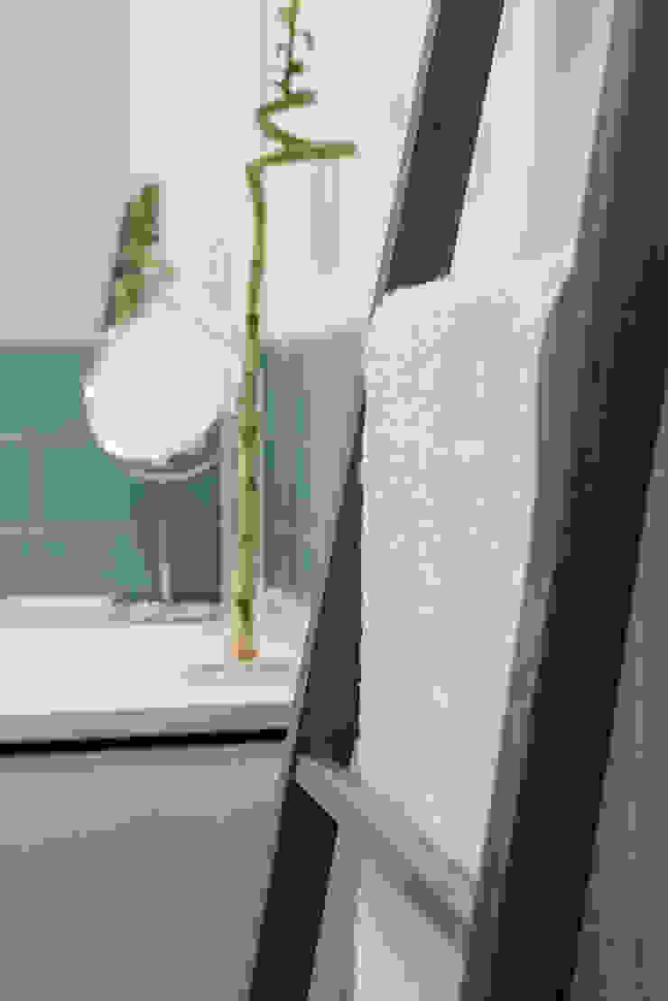 WC_Remodelação Apartamento_Ajuda   Lisboa PT por OW ARQUITECTOS lda   simplicity works Minimalista Madeira Acabamento em madeira