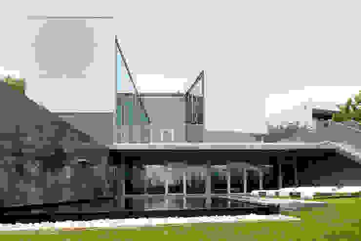 Zona de Lazer Exterior e Jardim Casas modernas por GAVINHO Architecture & Interiors Moderno
