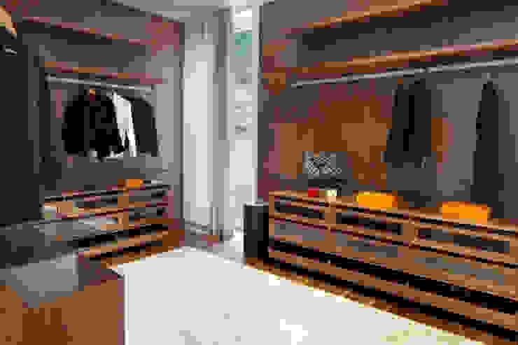 Open Closet por GAVINHO Architecture & Interiors Moderno Madeira Acabamento em madeira