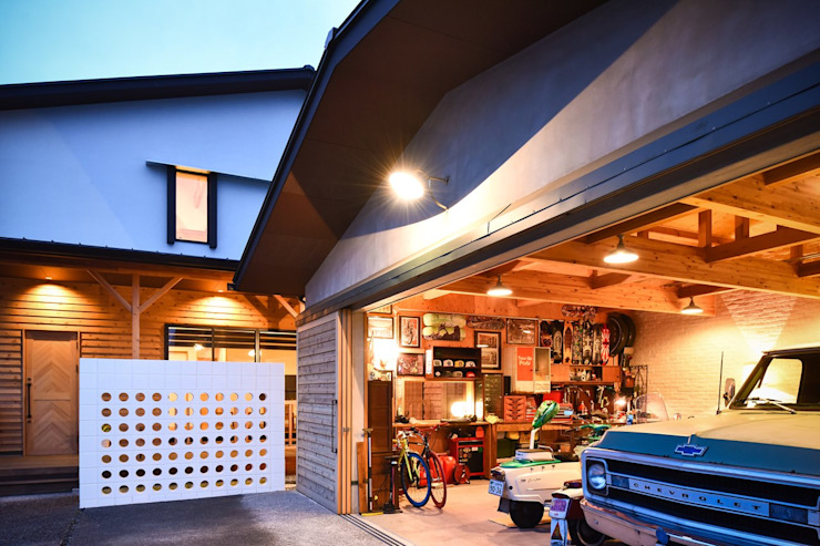 Country style garage/shed by Sen's Photographyたてもの写真工房すえひろ Country