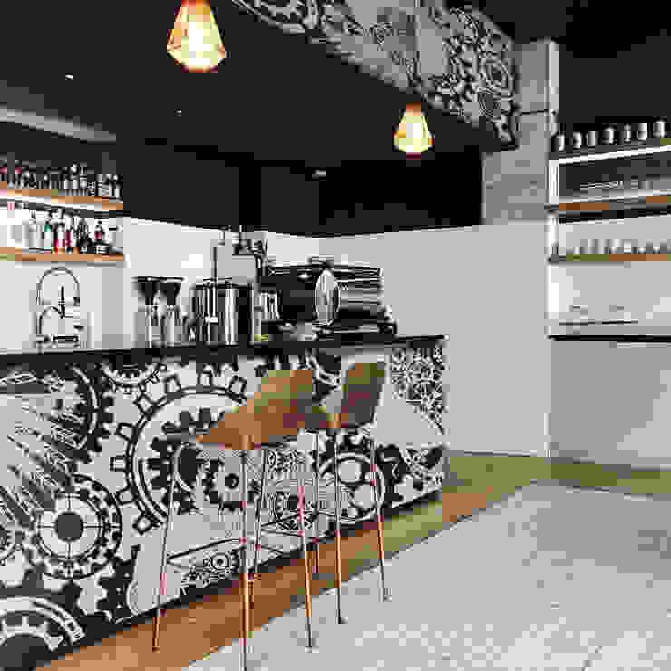 Blac&White Owl Moderne Wände & Böden von Pixers Modern