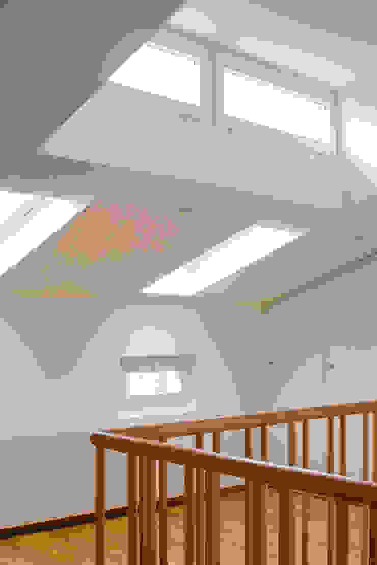 Beat Nievergelt GmbH Architekt 現代風玄關、走廊與階梯