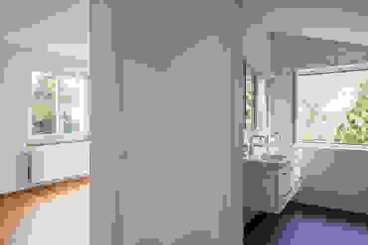 Beat Nievergelt GmbH Architekt 現代浴室設計點子、靈感&圖片