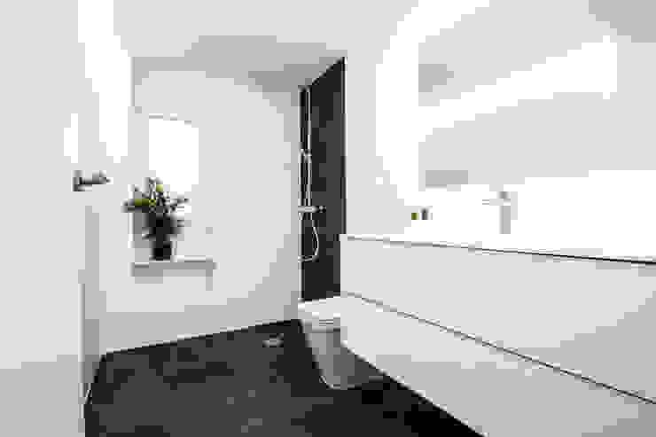 Baño de pizarra Baños de estilo minimalista de DonateCaballero Arquitectos Minimalista