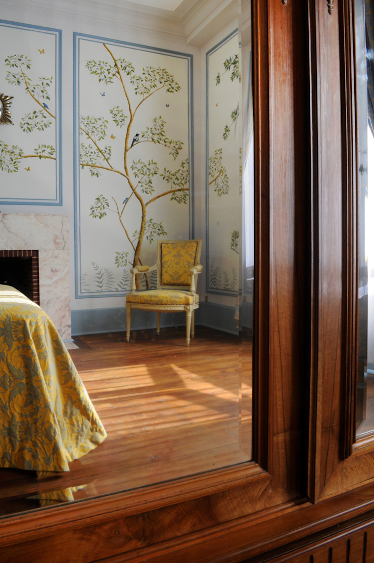 The renovation of Chambre Royale with Hand painted Wallpaper od Snijder&CO Klasyczny