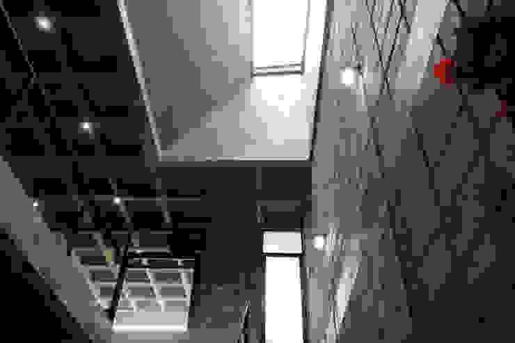 Corporativo INNOVA Colonial style corridor, hallway& stairs by Apaloosa Estudio de Arquitectura y Diseño Colonial