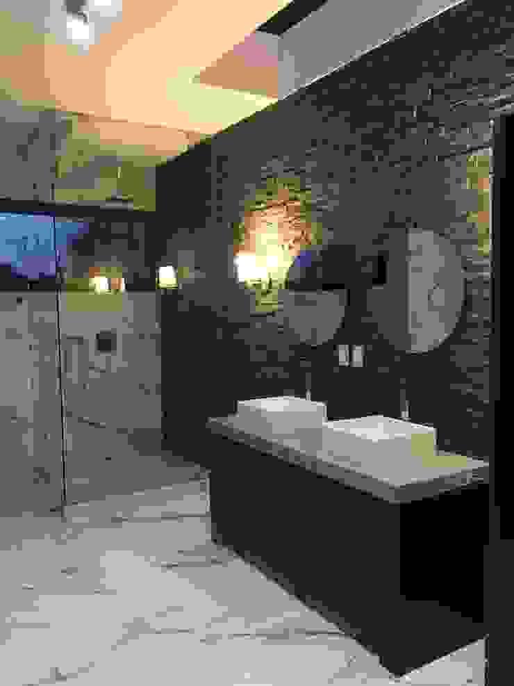 Baño master Baños modernos de The arkch's Arquitectos Moderno Mármol