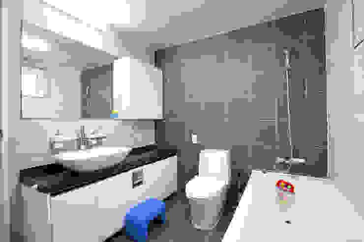 Modern bathroom by 춘건축 Modern