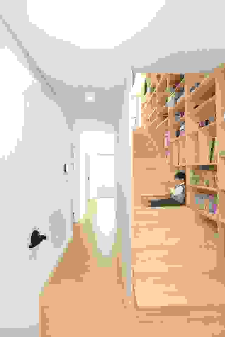 A Haus 모던스타일 복도, 현관 & 계단 by 춘건축 모던