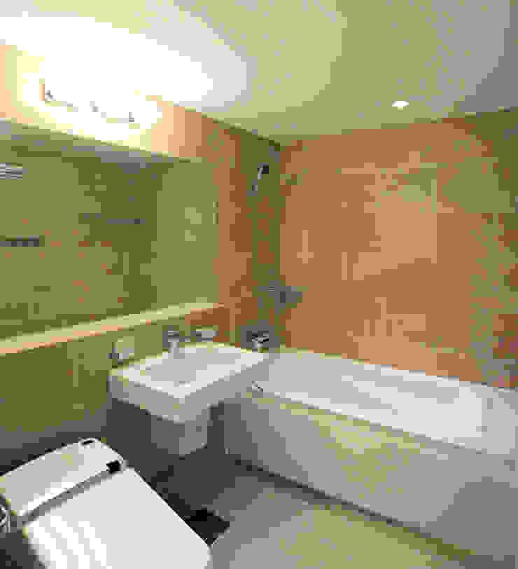 Minimalist style bathroom by HJL STUDIO Minimalist Tiles